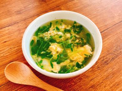 鶏ガラと柚子胡椒が合う 豆苗と卵の中華スープ
