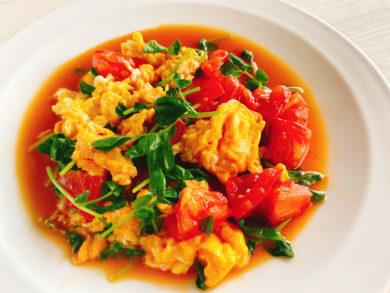 豆苗とトマトのふわふわ卵炒め